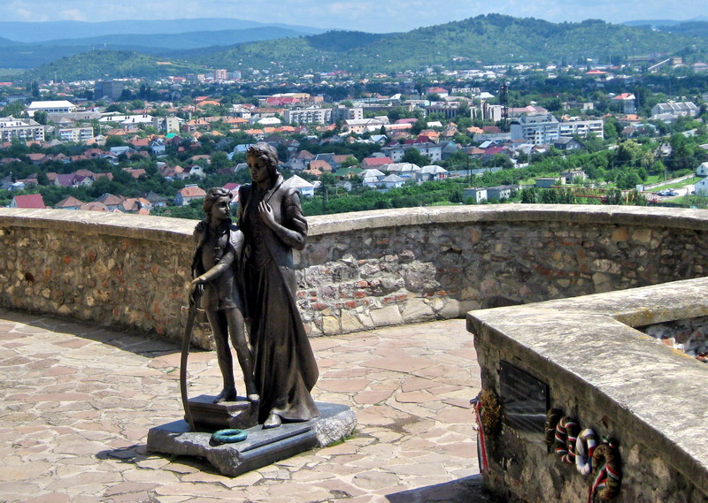 Пам'ятник Ілона Зріні та Ференц ІІ Ракоці у замку Паланок
