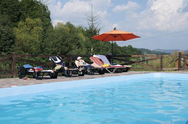 Відкритий басейн на території Гранд Готелю Пилипець