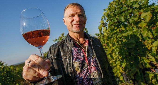 """Відомий співак зайнявся виноробством в Закарпатті, і все в цьому році виготовив два види вина з урожаю закарпатських виноградників Шато Чизай, яке продаватиме під брендом """"Країна мрій""""."""