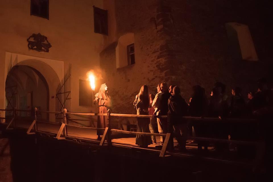 Екскурсія з смолоскипами в нічному замку Паланок