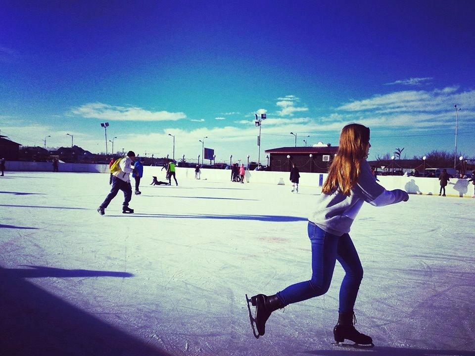 """Зимовий відпочинок в Ужгороді на ковзанах на території ковзанки """"Ice Land"""", це чудовий настрій та задоволення від катання під відкритим небом."""