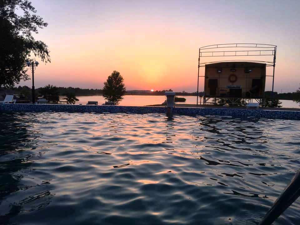 Дідово Бора Бора це: чисте та велике озеро, мальовничі нічні краєвиди, відкриті басейни, свіже повітря, смачна кухня та коктейлі, кальяни, молодіжна дискотека, чудова музика, веселі молодіжні компанії.