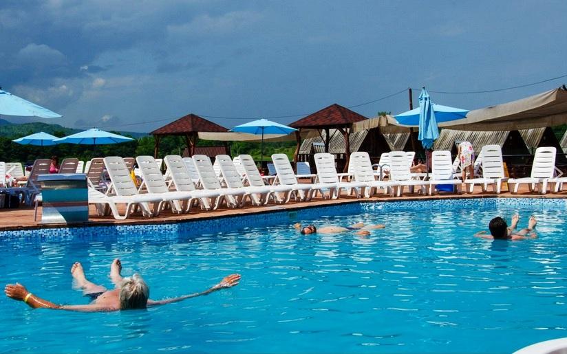 Опис бази відпочинку Солотвино на літній період. Інформація тим хто шукає проживання, харчування, прісні та солені озера, басейни, клімат, оздоровлення та лікування в Закарпатті.