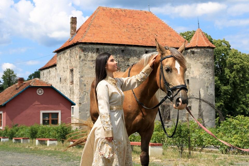 Ви точно повинні це не лише побачити, але й зробити та замовити для себе фотосесію у дивовижно романтичному замку, з особливою та цікавою історією - Сент Міклош, Чинадієво, Закарпаття.