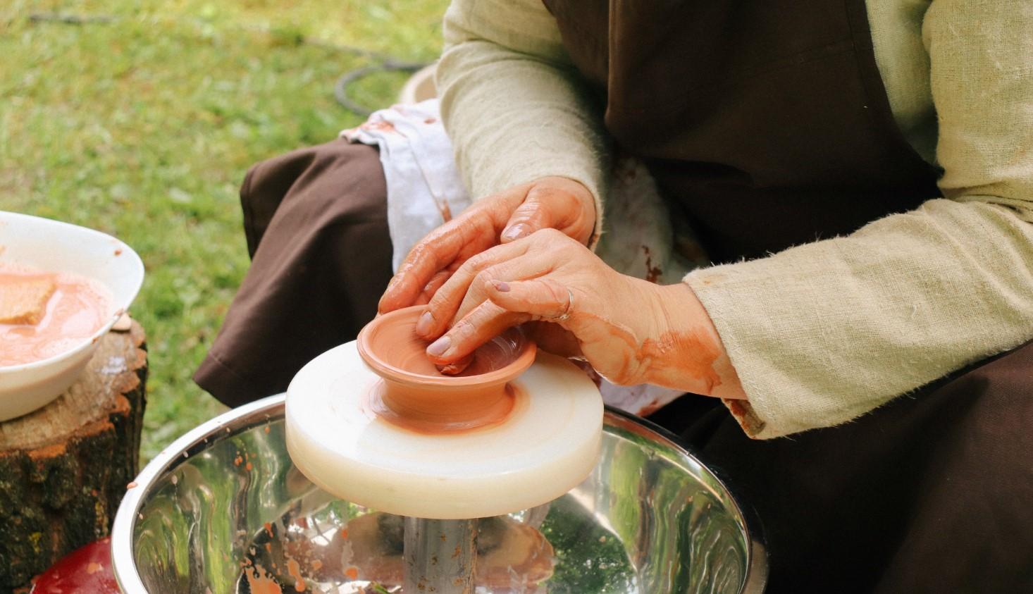 Протягом дня на території палацу майстри навчали унікальних технік, притаманних жителям Боржавської долини, це вже друга серія подібних заходів в рамках проєкту Dovhe Castrum Art.