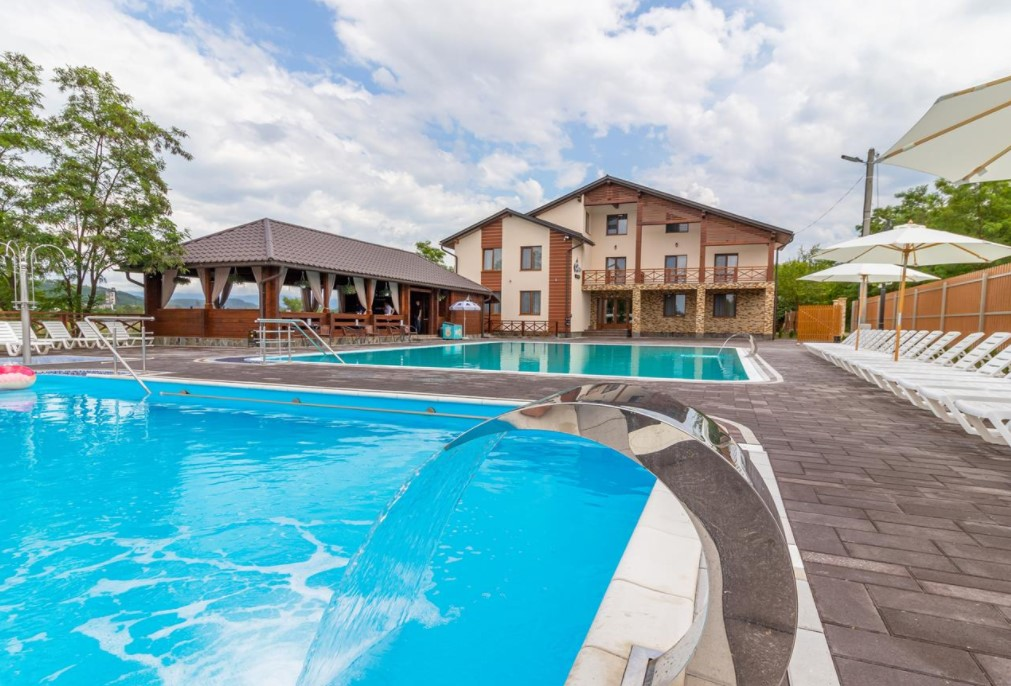 Оберіть відпочинок у Солотвино, в готелі Sofion Hotel & Resort, відкриті басейни, послуги проживання та харчування від 1 тис грн на 3-х осіб.