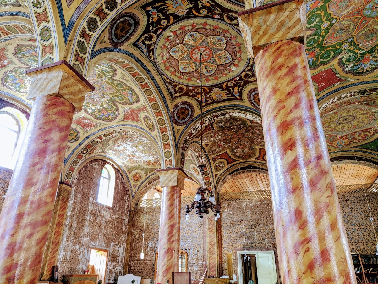 Старинная синагога в Хусте - описание, история, расположение, фото изнутри. Гармоничные и плавные интерьеры, старинные книги, атмосфера покоя и благодати.