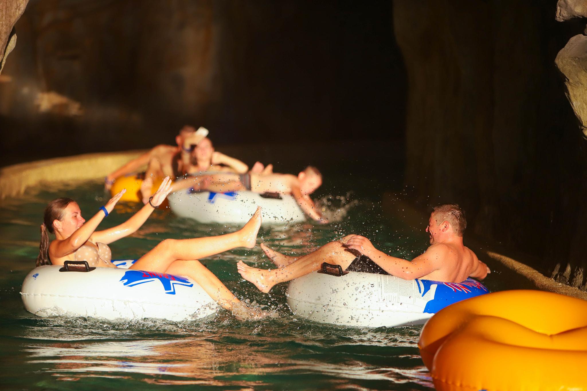 """Ще одна перевагу аквапарку """"Карпатія"""" в Мукачево це криті басейни з теплою водою, тут комфортно у осінній та зимовий період року."""