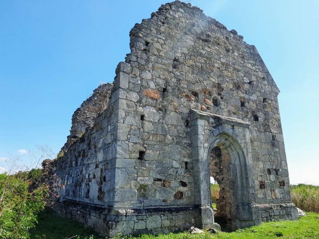 Історична пам'ятка на території Берегівського району у селі Мужієво, яка варта вашої уваги – Храм Святого Іоана Хрестителя, збудований у XIV столітті.