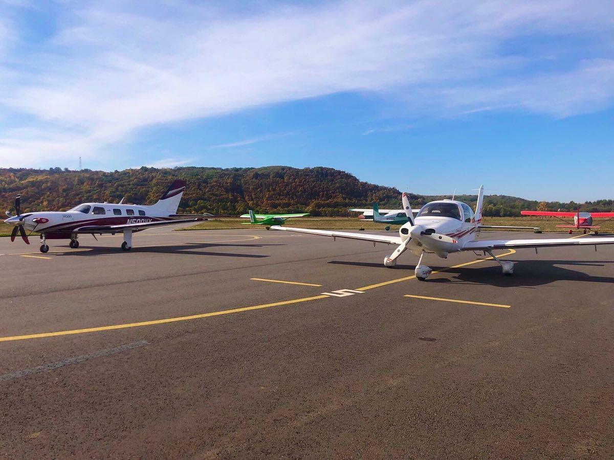 Термальные воды «Косино» принимают самолеты малой авиации, на собственной взлетно-посадочной полосе, расположенных рядом с деревней Косонь в Закарпатской области.