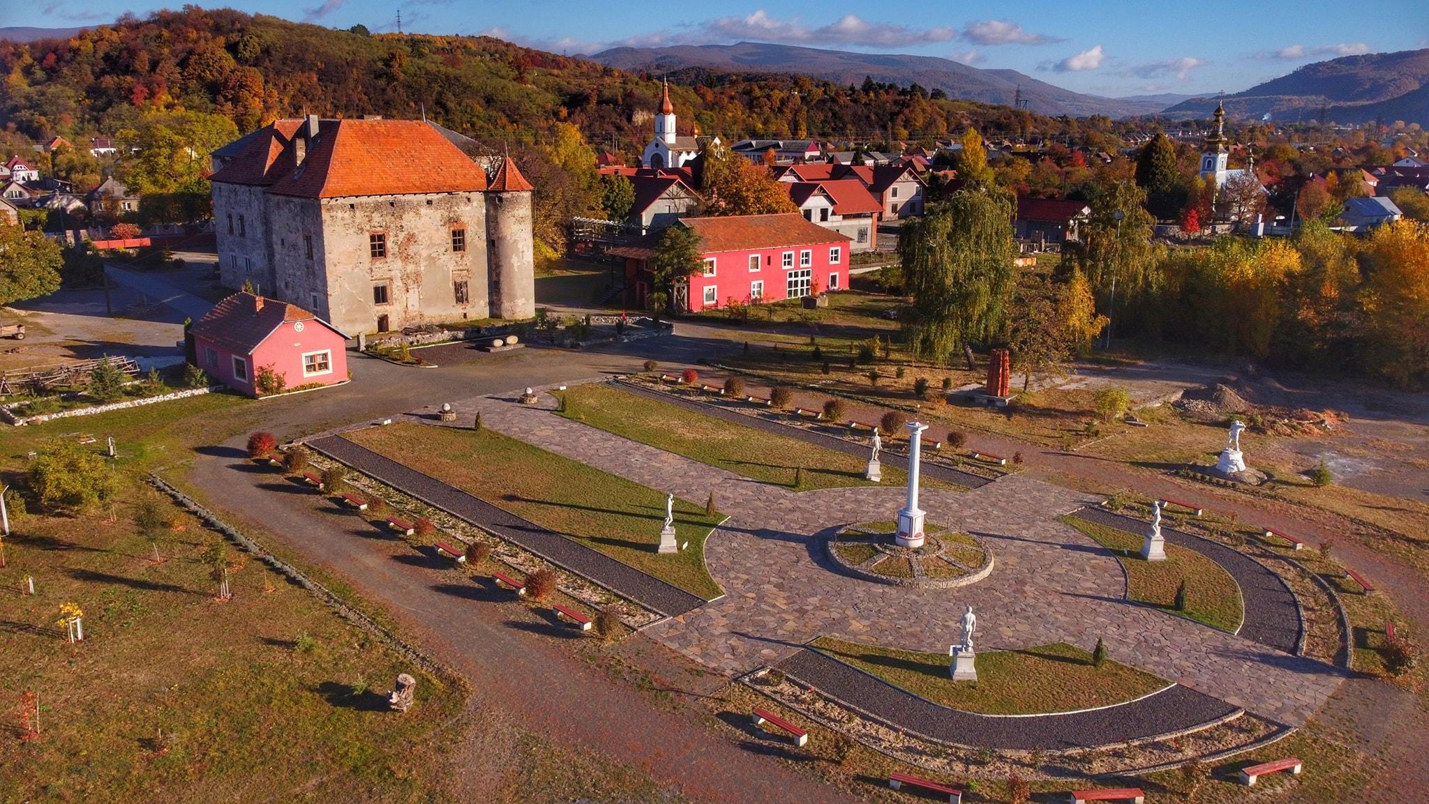 Замок в Чинадієво у блозі Tour De Ukraine - Закарпаття, про це повідомила Валерія Микульська, на своїй сторінці у мережі Фесйсбук.